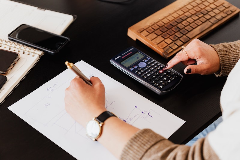 Accountant-calculating-numbers